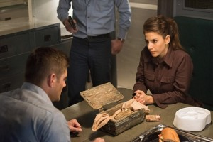 Supernatural 11.14 - Dean and Delphine examine the Hand of God.